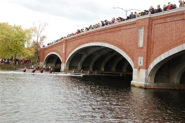 En av broarna att ro under på tävlingen Head of the Charles i Boston